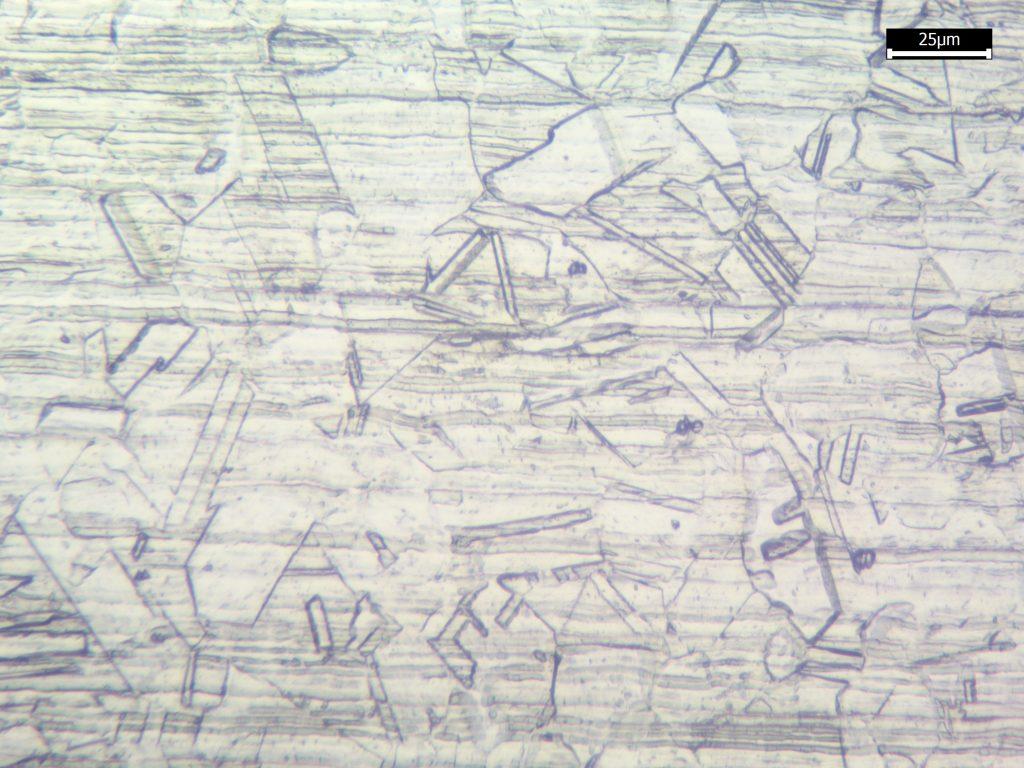 """Microestrutura austenítica classificada como """"Step Structure segundo a prática A da norma ASTM A262."""